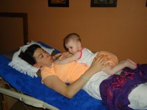 Une séance de Réflexologie avec bébé dans -LA REFLEXOLOGIE dsc02457-300x225